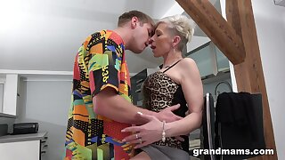 Full orgasms for the mature aunt stopping she puts some young flannel in her ass
